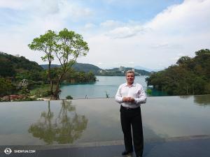Dyrygent Shen Yun World Company Milen Nachev przy jeziorze Sun Moon w trakcie dnia wolnego na Tajwanie.