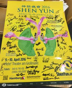 Wszyscy podpisali się na plakacie z 2016. (fot. Annie Li)