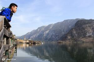 Le violoniste Joshua Lin surplombant le Lac Hallstatt. (Photo par Seunghuni)
