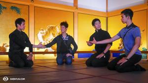 在日本的第一站——名古屋,神韻世界藝術團的舞蹈演員參觀了名古屋城的本丸御殿。(左起:潘克歧、張如日、諶奕夫和Joe Huang)(攝影:舞蹈演員陳陽暮月)