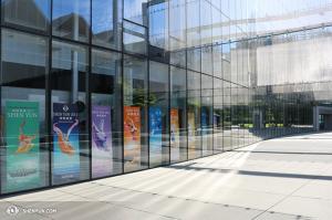 Les artistes de Shen Yun ont encensé la formidable salle du McCaw Hall et le public extrêmement chaleureux de Seattle. (Photo par la danseuse Helen Li)