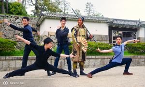 與城中武士合影。(左起:潘克歧、諶奕夫、張如日、日本武士和Joe Huang。(攝影:陳陽暮月)