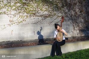 琵琶演奏家Miao Tzu Chiu在西雅圖的陽光下練習。(攝影:Chi Chein Weng)