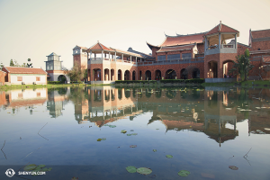 與此同時,在亞洲,神韻世界藝術團結束了台灣的演出前往日本。這棟古色古香的建築是台灣的嘉義表演藝術中心。(攝影:舞蹈演員Stephanie Guo)