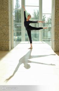 在加州北嶺,神韻紐約藝術團的舞蹈演員連旭在演出前熱身。(攝影:舞蹈演員Nancy Wang)