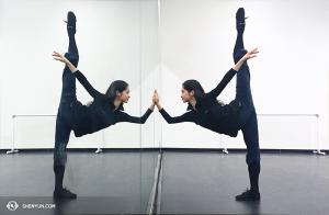 Tozgrzewka tancerki Linjie Huang w Toronto, Canada. (fot. kinooperatorka Annie Li)