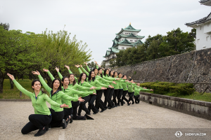Tancerze Shen Yun World Company przed zamkiem Nagoya w Nagoya, Japan.