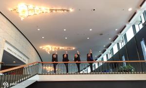En partant de la gauche, les danseuses Megan Li, Elsie Shi, Angela Xiao, et Olivia Chang, Place des Arts à Montréal. (Photo par la projectionniste Annie Li)