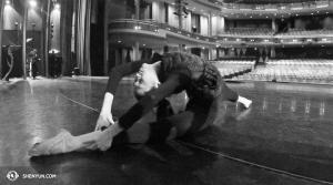 La danseuse Jessica Si s'étire avant une représentation au Living Arts Centre de Mississauga au Canada. (Photo par la projectionniste Annie Li)