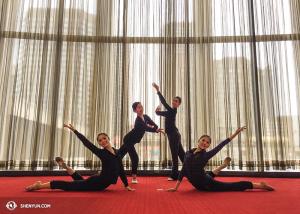 Les danseuses posent dans le hall de la Place des Arts à Montréal. (Photo par la projectionniste Annie Li)