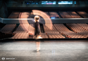 Toujours en Asie, la danseuse Daniella Wollensak de la Shen Yun World Company s'exerce à la technique du Fan Shen (Photo par la danseuse Stephanie Guo)