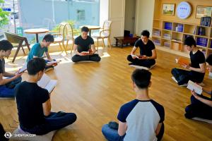 Les danseurs de la Shen Yun World Company étudient ensemble les enseignements du Falun Dafa lors d'un jour de congé à Séoul, Corée du Sud. (Photo par le danseur Mark Kao)