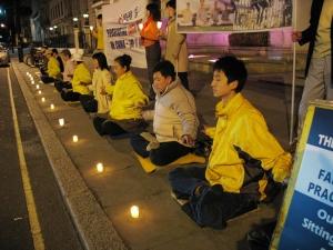 En ljusvaka framför den kinesiska ambassaden i London den 26 april 2007. (Foto med tillstånd av Minghui.org)