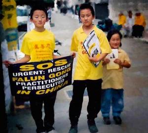 Ben Chen (till vänster) och Rocky Liao, barndomskompisar som satt tillsammans i en grundskola i London, bodde sedan på varsitt håll i Storbritannien och USA och möttes inte på många år. Idag är båda solistdansare i Shen Yun och turnerar i världen tillsammans.