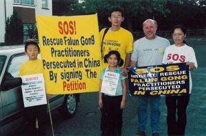 Ben Chen (vänster) och några andra Londonbor som utövar Falun Gong gör sig redo att påbörja en resa genom England för att höja medvetenheten om förföljelsen av deras medutövare i Kina. (Foto med tillstånd av Minghui.org)