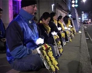 En annan tyst vaka till minne av tusentals Falun Gong-utövare som har torterats till döds under internering i Kina. Ben Chen är 12 år här. (Foto med tillstånd av Minghui.org)