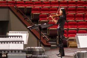 Houslová sólistka Fiona Zheng se připravuje na skladbu Introdukce a Rondo Capriccioso od  Camille Saint-Saënse v tchajwanském Hsinchu Culture Bureau Performance Hall.