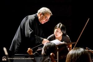 Il direttore Milen Nachev conduce l'orchestra durante le prove al Cheng-Kung Auditorium di Tainan, Taiwan