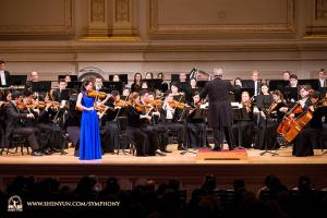 昨年に続くカーネギー・ホールでのソロ演奏でカミーユ・サン=サーンスの曲を披露するバイオリニストのフィオナ・ジェン。