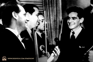 舞台裏で、過去にタイムスリップしてレナード・バーンスタインと言葉を交わす、首席コントラバス奏者のユライ・クカン。