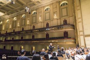 ニューヨーク公演の後、ボストンに移り、シンフォニーホールの舞台でリハーサルに臨む指揮者ミレン・ナシェフ。