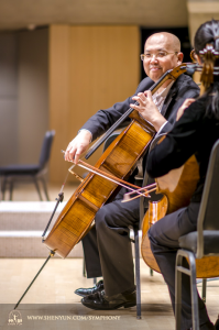 トロントの舞台でウォーミングアップ中のチェロ奏者、鄧勇(ダン・ヨン)。
