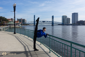 Tänzer Daren Chou genießt beim Stretchen den Ausblick auf den St. Johns River direkt beim Times-Union Center for the Performing Arts in Jacksonville, Florida. (Foto: Tänzer Louis Liu)