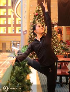 션윈 순회예술단 소속 수석무용수 차이신디가 크리스마스 장식을 한 오하이오 신시내티 아로노프예술센터 로비에서 몸을 풀고 있다. (Photo by dancer Helen Li)