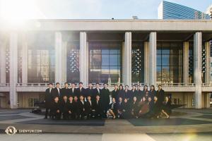 ニューヨークにあるリンカーン・センターのデイヴィッド・H・コーク劇場の前に集合したダンサーたち(撮影:アニー・リー)