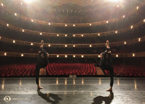 Die Erste Tänzerin Olivia Chang (li.) und Tänzerin Yuting Chang beim Aufwärmen am Sonntag vor der letzten Aufführung der Spielzeit im Lincoln Center. (Foto: Annie Li, Bühnenprojektion)