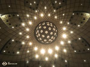 Der zentrale Kugelleuchter im David H. Koch Theater des Lincoln Center. (Foto: Annie Li, Bühnenprojektion)