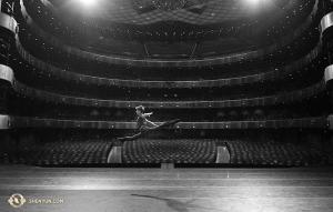 Der Erste Tänzer Roy Chen wärmt sich vor der Aufführung auf. (Foto: Tänzer Edwin Fu)