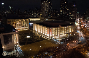 Ein abendlicher Blick von oben auf das Lincoln Center. (Foto: Annie Li, Bühnenprojektion)