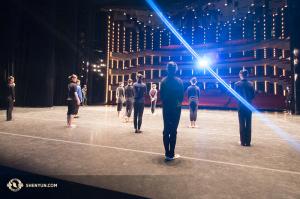 Tänzerinnen bereiten sich auf die Vorstellung in Ottawa vor. (Foto: Ben Chen und Jeff Chuang)