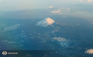 アジアツアーの皮切りとなる日本へ向かう道中、神韻ニューヨーク芸術団が上空から眺めた富士山(撮影:ダンサー、李可欣)