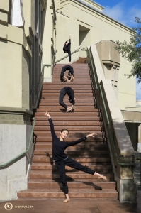在艾斯康迪都藝術中心外的樓梯上,領舞演員王琛和其他三名舞蹈演員向神韻臉書的十萬名粉絲問候。(攝影:李可欣)