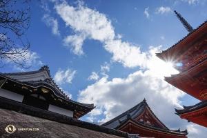 京都の清水寺を訪問。中国の唐朝を思わせる建築様式で千二百年前に建てられた。日本、韓国、台湾での公演を通して、古代文化の再訪ができる。(撮影:ダンサー、李可欣)