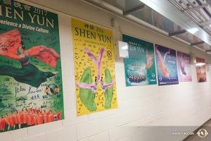 ミシサガのリビング・アーツ・センターでの公演を以て、神韻世界芸術団のカナダツアーは一区切り。舞台裏に飾られた2012~17年のサイン入りポスターがこの劇場での神韻の歴史を示してくれる。このあとカナダでは1月29日にバンクーバー、2月28日にはトロントで公演予定。