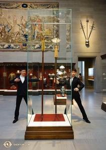 Pendant ce temps, la bien nommée Shen Yun North America Company en tournée sur le continent, s'est arrêtée au Cleveland Museum of Art. Les danseurs Daren Chou (à gauche) et Louis Liu. (Photo du danseur Tony Xue)
