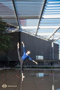 La première danseuse Cheney Wu apprécie l'arrivée soudaine de l'été à Dallas, où la Shen Yun World Company s'est produite la semaine dernière. (Photo de la danseuse Stephanie Guo)