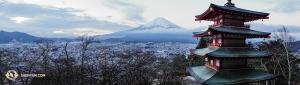Satu foto lagi gunung berapi dari balik pagoda tradisional. (Foto oleh Kenji Kobayashi)