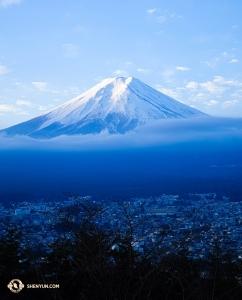 Dan koleksi foto lengkap dari Jepang yang mana yang tanpa bidikan glamor dari Mt. Fuji, diambil footo di sini pada waktu fajar. (Foto oleh penari Felix Sun)