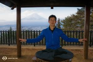 Piękna sceneria i świątynie otaczające Górę Fudżi tchną spokojem i skłaniają do samokontroli. Nas tancerz Alex Chun korzysta z okazji do spokojnej medytacji ze wspaniałą Świętą Górą jako perfekcyjne tło.