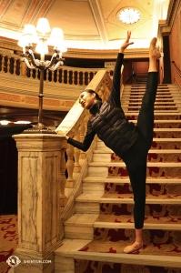 Shen Yun North America Company en hoofddanseres Kaidi Wu treden op in Cleveland's State Theatre. (Foto door danseres Emily Pan)