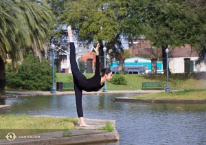 La première danseuse Kaidi Wu réalise la technique nommée « regarder la mer. »