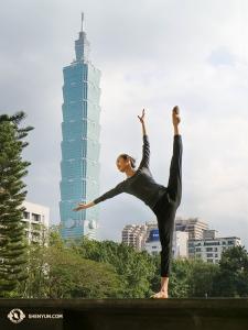 王琛展示舞姿「朝天蹬」,她身處的地方是台北國父紀念館側門。神韻紐約藝術團在這裏完成五天的八場演出。(攝影:李可欣)