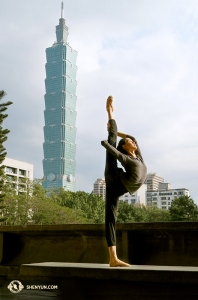 神韻紐約藝術團來到台灣,領舞演員王琛的「紫金冠」和台北101。(攝影:舞蹈演員李可欣)