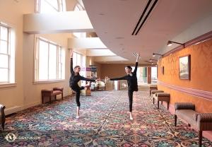 Danseressen Cherie Zhou (links) en Diana Teng warmen zich op vooraf aan een voorstelling in het Hippodrome Theatre in Baltimore. (Foto door danseres Helen Li)