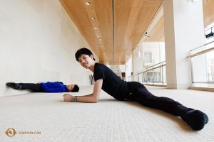 Die Ersten Tänzer Rubi Zhang (links) und Antony Kuo stretchen sich im Zwischengeschoss der Lobby. (Foto: Chuang)