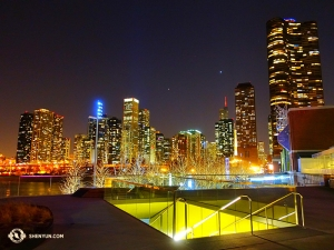 Gedeelte van de Chicago skyline gezien vanuit het gebied vlakbij het theater en het Millennium Park. (Foto door danser Jun Liang)